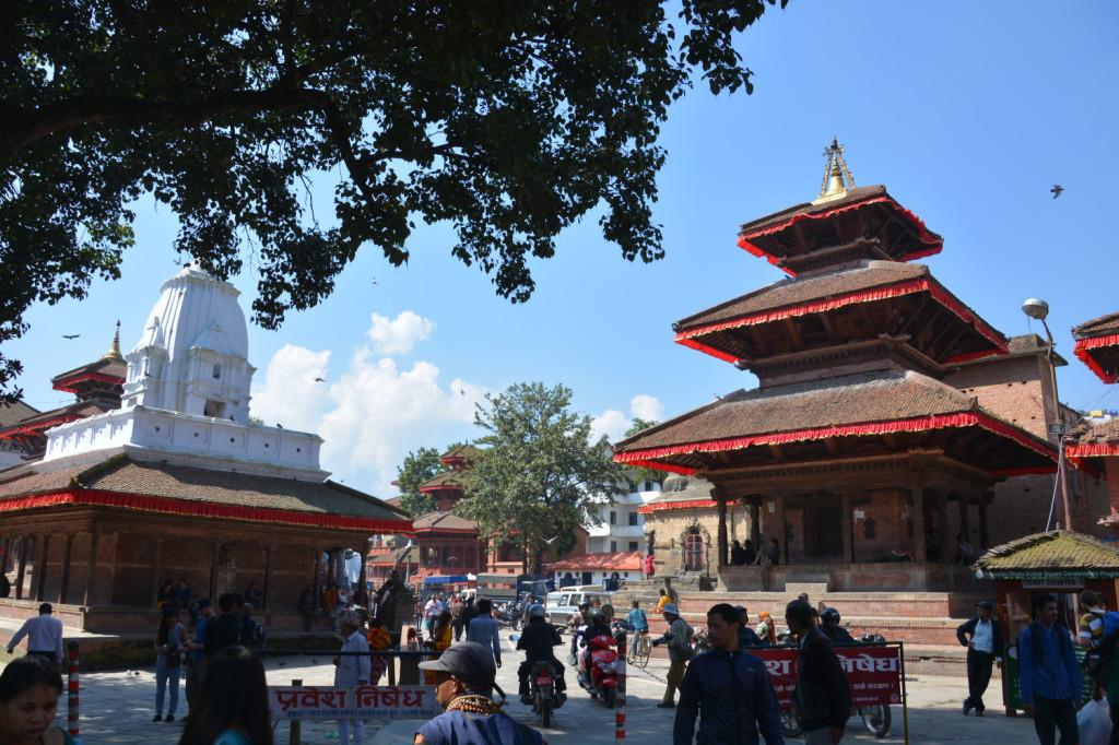 町にはお寺みたいなものがたくさんある。お祈りしてる人もけっこういる。