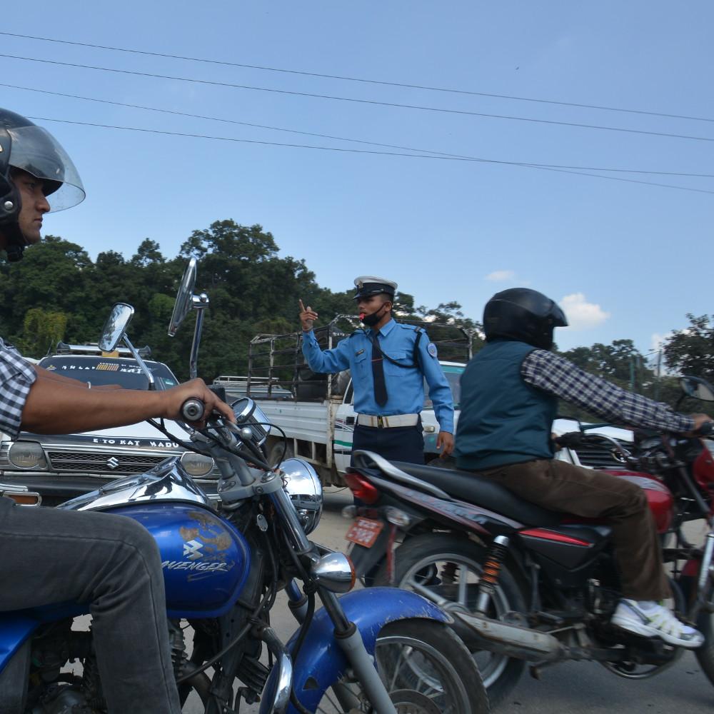交通整理をする警官。なんか日本の警察に似てる。