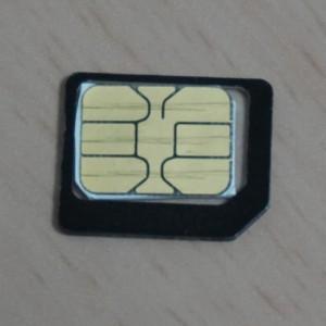 Hotlink SIMをアダプタにさした所。そもそも切り欠きの位置が違う。