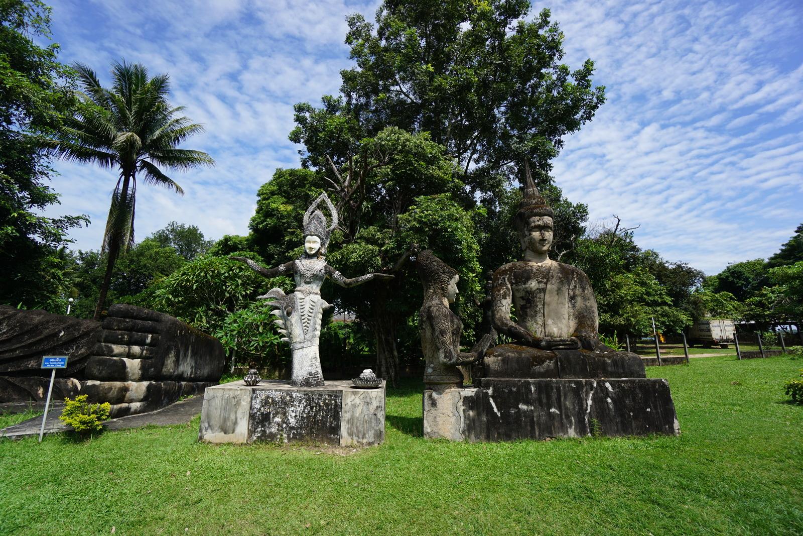 バランスをとる仏陀と瞑想する仏陀、微妙な位置の仏陀