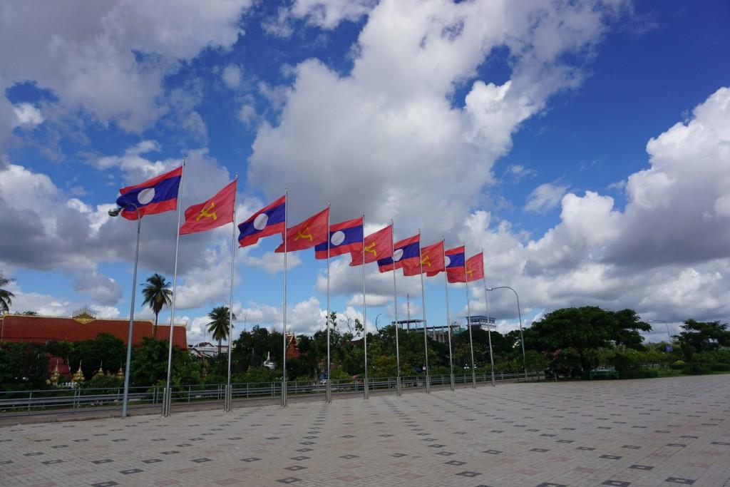 メコン川にある旗。ラオス国旗と共産党の旗が交互になっている。