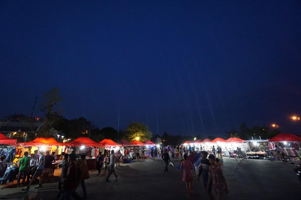 メコン川沿いのナイトマーケット