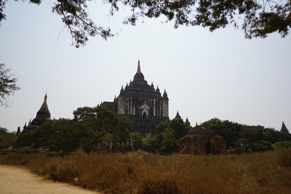 タビニュ寺院遠景