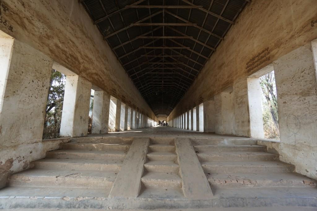 シュエズィーゴン・パヤー (Shwezigon Paya) へ続く通路