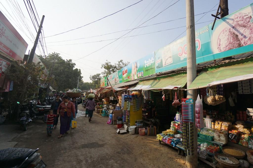 バガンのマーケットの脇道