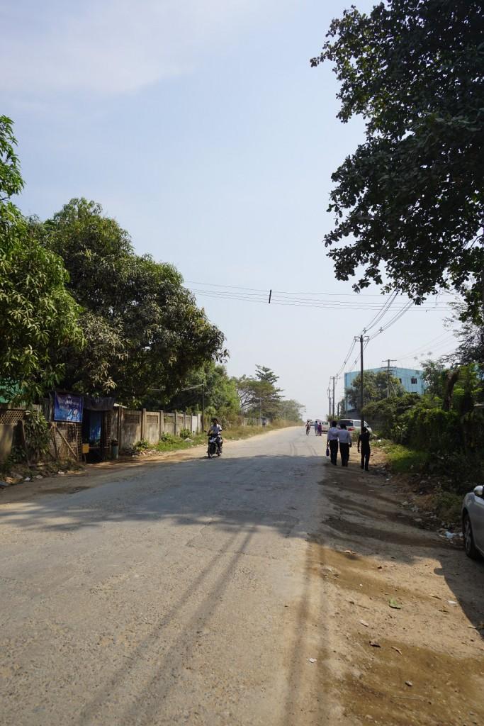 ヤンゴン空港から駅までの道