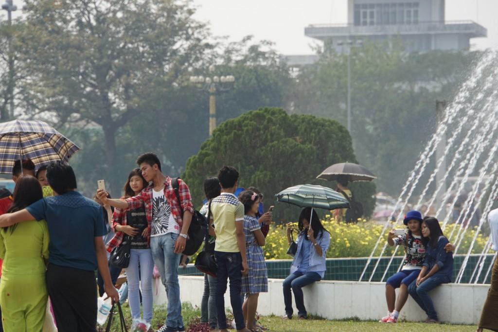 人民公園でくつろぐ人たち